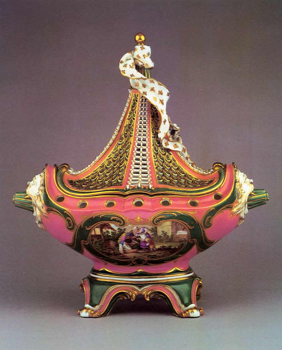 Севрская ваза с крышкой